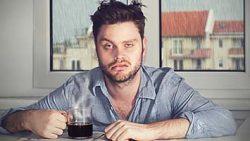 5 کار اشتباهی که بلافاصله بعد از بیدار شدن نباید انجام بدین صبحانه نخوردن آب قهوه مرتب کردن تخت اعتیاد به موبایل سلامتی روز خوب